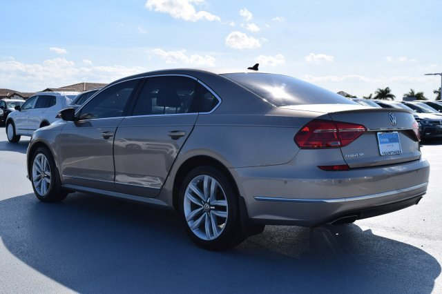 2016 Volkswagen Passat 3.6L V6 SEL Premium Premium Unleaded V-6 3.6 L/220 Engine 4 Door Automatic