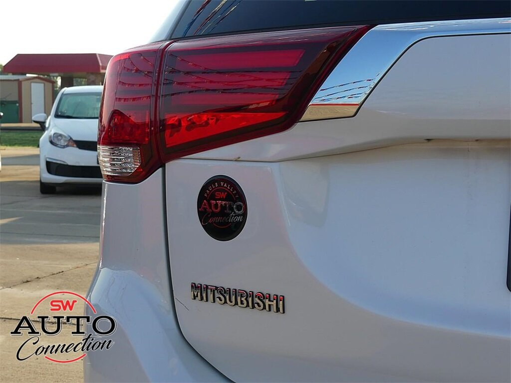 2016 Diamond White Pearl Mitsubishi Outlander ES SUV 2.4L I4 SOHC Engine FWD 4 Door Automatic (CVT)