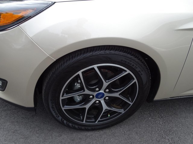 2018 White Gold Metallic Ford Focus SEL Manual FWD Regular Unleaded I-4 2.0 L/122 Engine 4 Door