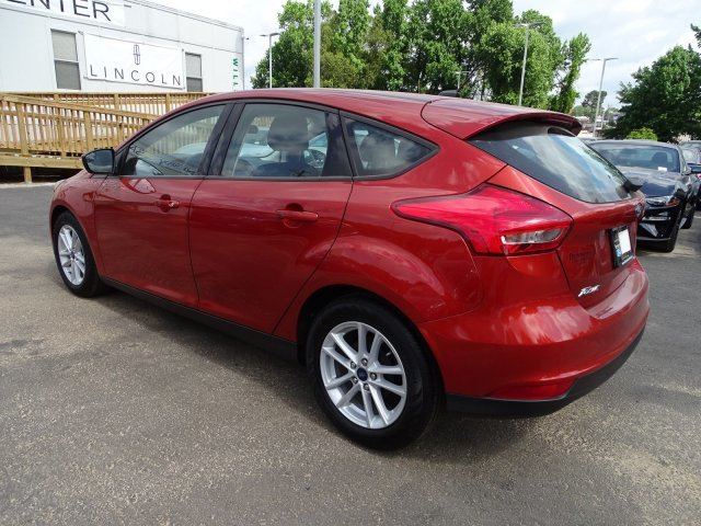 2018 Hot Pepper Red Metallic Tinted Clearcoat Ford Focus SE Hatchback FWD 4 Door