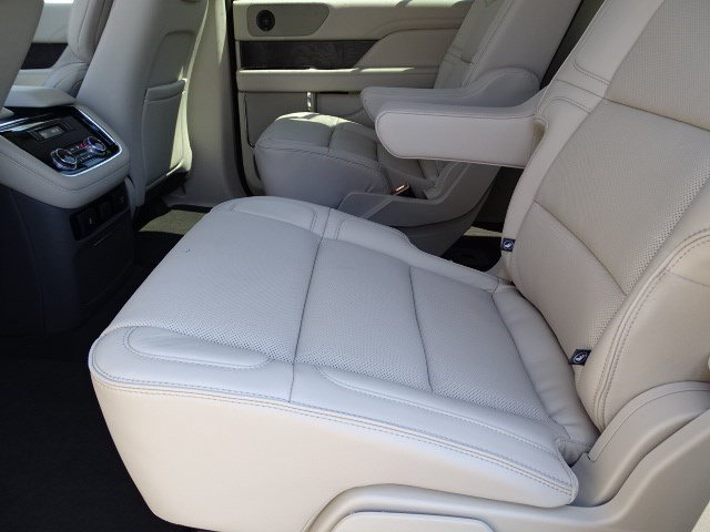 2019 White Platinum Metallic Tri-Coat Lincoln Navigator Reserve Twin Turbo Unleaded V-6 3.5 L/213 Engine 4X4 4 Door