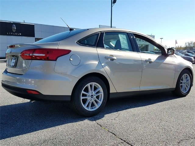 2018 White Gold Metallic Ford Focus SE 4 Door Sedan Automatic 2.0L Ti-VCT GDI I-4 Engine
