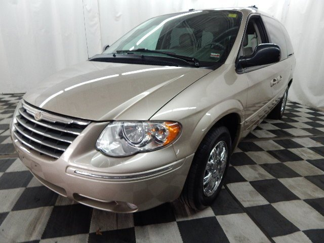 2006 Linen Gold Metallic Pearlcoat Chrysler Town & Country Limited FWD 4 Door Automatic Van