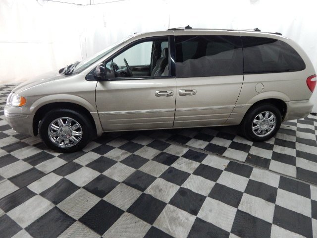 2006 Linen Gold Metallic Pearlcoat Chrysler Town & Country Limited FWD Van Automatic