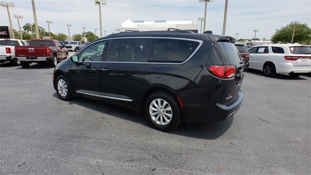 2017 Brilliant Black Crystal Pearlcoat Chrysler Pacifica Touring L FWD 3.6L V6 24V VVT Engine Van 4 Door