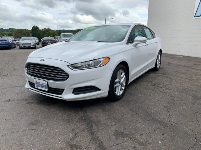 2015 White Ford Fusion SE 4 Door 2.5 L 4-Cylinder Engine FWD
