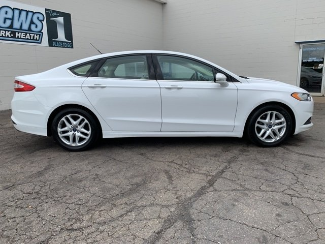 2015 White Ford Fusion SE Automatic Sedan 2.5 L 4-Cylinder Engine FWD 4 Door