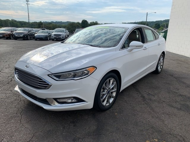 2017 White Ford Fusion SE FWD Sedan 4 Door