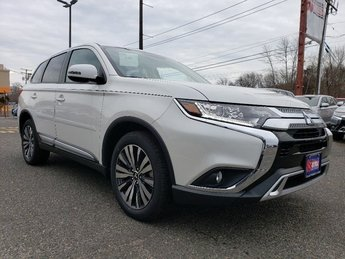 2019 Pearl White Mitsubishi Outlander SE 4X4 4 Door SUV Automatic (CVT) Regular Unleaded I-4 2.4 L/144 Engine